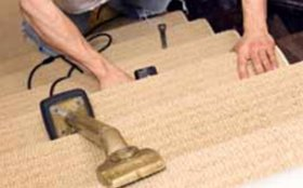 Using a leg kicker to suit stairs carpeting